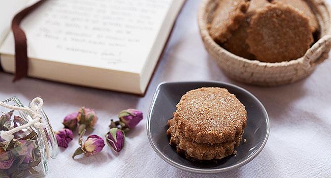 Biscotti vegani con petali di rose - ©Vegolosi.it