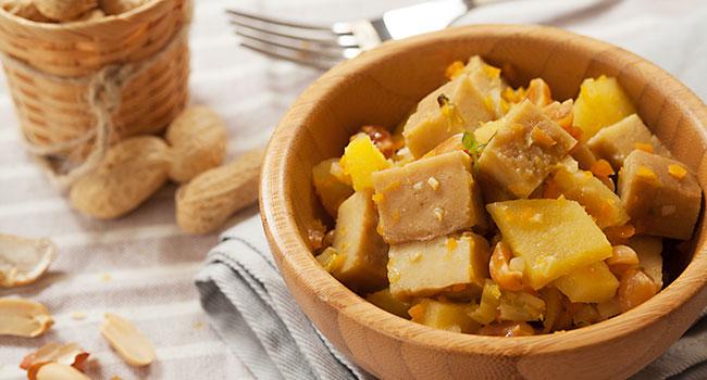 Spezzatino di seitan, mele e arachidi - ©Vegolosi.it