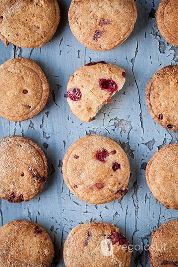 Biscotti vegan ai frutti rossi senza burro e senza uova