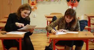 Mamme che compilano documenti in una scuola