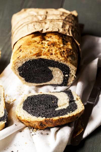 pane vegano al carbone vegetale e cipolla