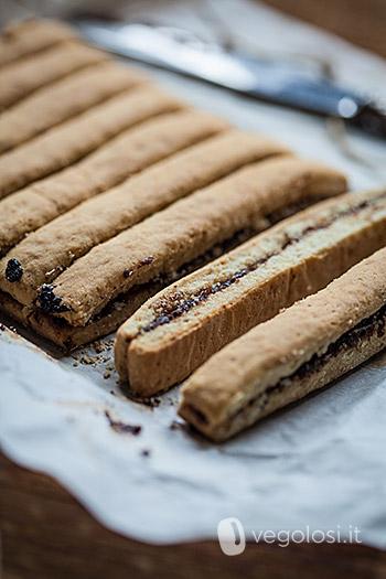 Biscotti vegani integrali lunghi con marmellata