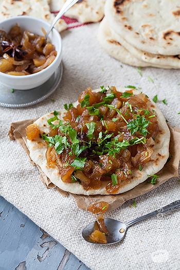 Pane naan vegano con chutney di cipolle e mele