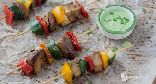 Spiedini vegani di seitan con salsa verde