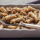 Pasta con uva, briciole di pane croccanti e pistacchi
