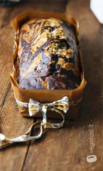 Banana bread vegano variegato al cacao con noci