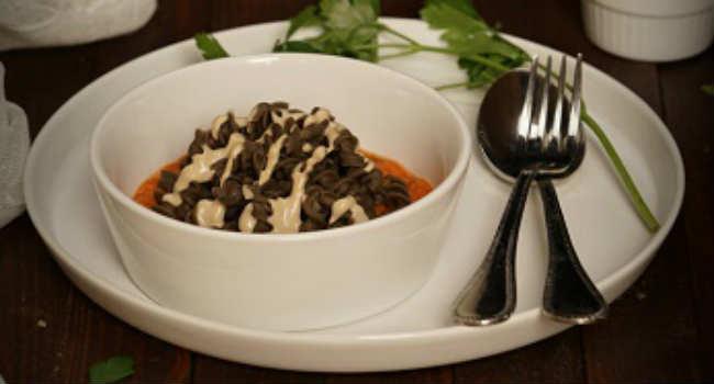 Fusilli-di-lenticchie-su-purea-di-zucca-con-salsa-tahin