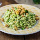 Orzo con crema di broccoli e briciole di tempeh croccanti