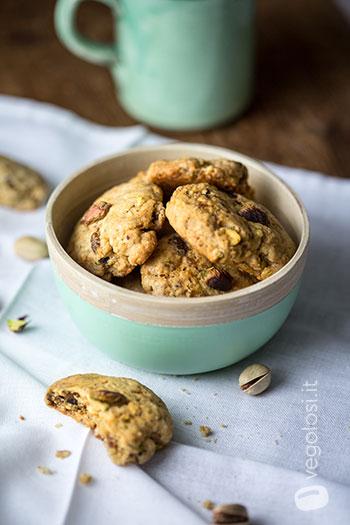 Biscotti vegan ai pistacchi e albicocche secche