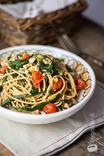 Spaghetti integrali con agretti pomodorini e capperi