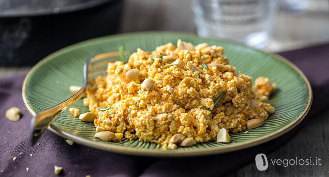 Tofu strapazzato con ragu di carote e arachidi