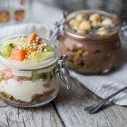 bicchierini di yogurt cacao e frutta esotica