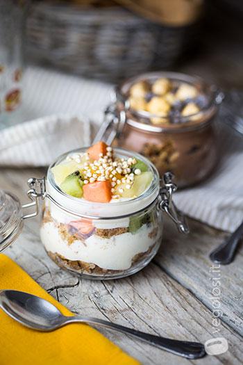 bicchierini di yogurt vegan cacao e frutta esotica