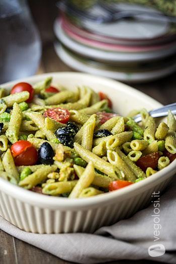 Penne integrali con edamame, pomodorini e olive