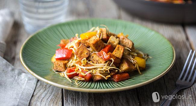 Tofu saltato in padella con peperoni e germogli di soia