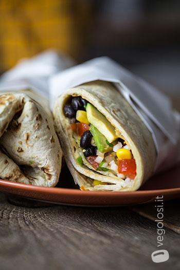 Burrito vegan con fagioli neri e pico de gallo