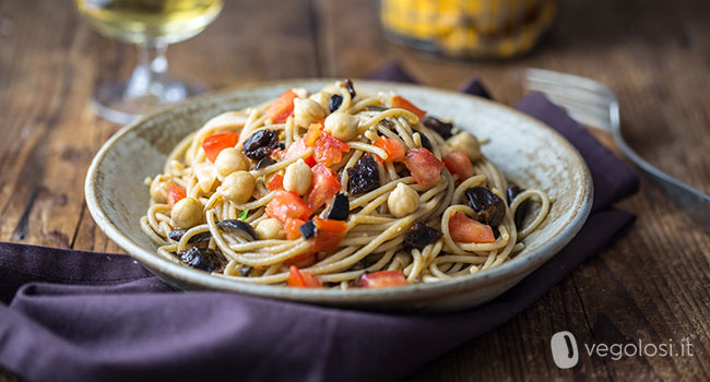 spaghetti con prugne e ceci