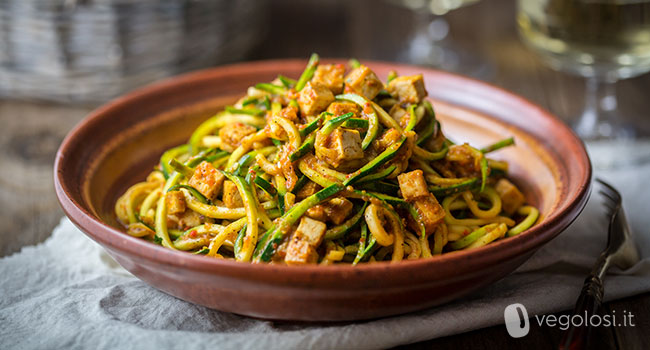 Spaghetti di zucchine con crema di peperoni
