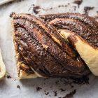 Treccia di pane con crema di nocciole e cioccolato