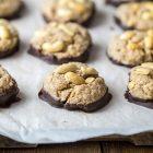 Biscotti senza uova alle arachidi e cioccolato fondente