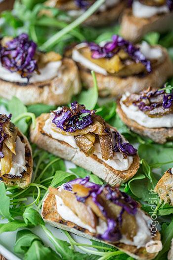 Crostini con hummus di cannellini, seitan e cavolo cappuccio in agrodolce