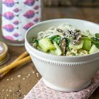 Ramen vegan in barattolo con funghi shiitake e pak choi