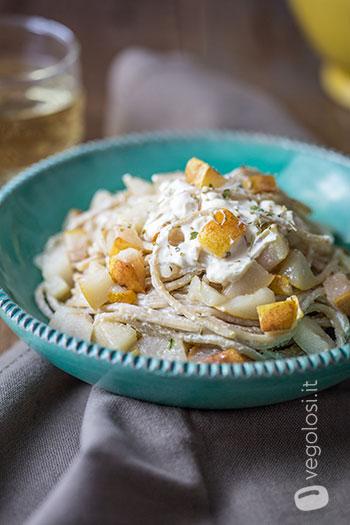 Spaghetti con formaggio fresco alle erbe e pere