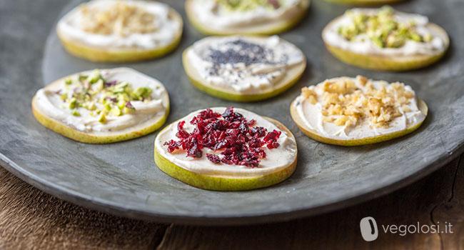 Tartine di pera e formaggio vegetale con frutta secca