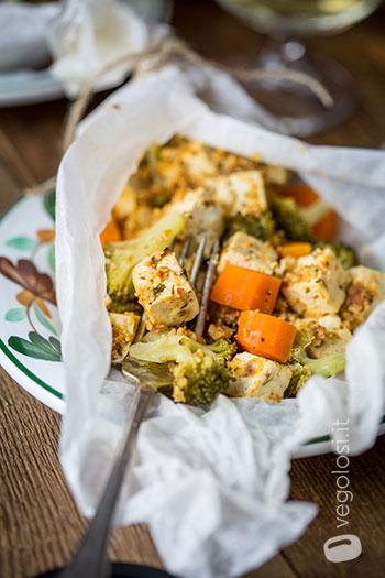 Tofu al cartoccio in padella con verdure
