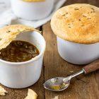 Zuppa di cipolle al timo in crosta di pasta sfoglia