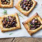 Tartine con lenticchie e radicchio all'aceto balsamico