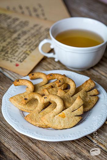 Biscotti a forma di cigno all'arancia e mandorle
