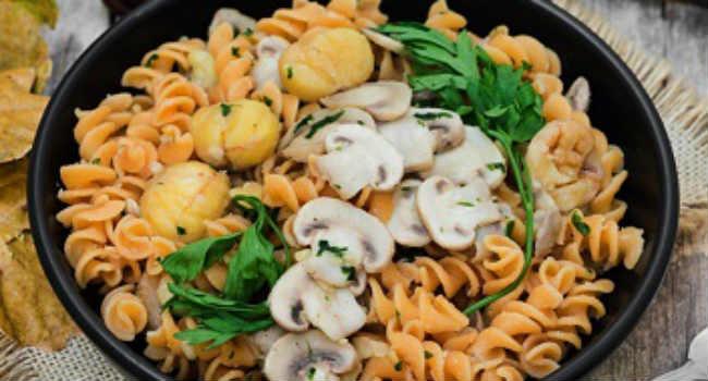fusilli di lenticchie rosse con funghi champignon e castagne