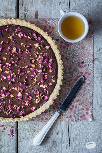 Crostata vegana al cioccolato e lamponi con petali di rose