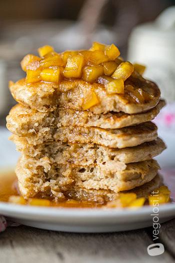 Pancakes all'aquafaba con mele caramellate alla cannella