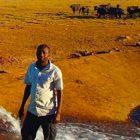 Agricoltore keniota porta l'acqua agli animali