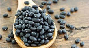 """Fagioli neri: proprietà, come cucinarli e ricette dei """"frijoles"""""""