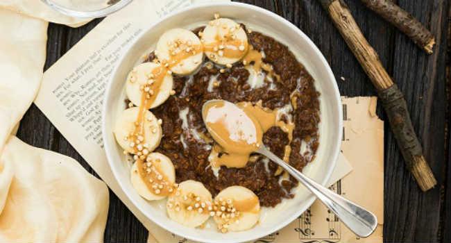 Porridge vegan alla banana e burro di arachidi