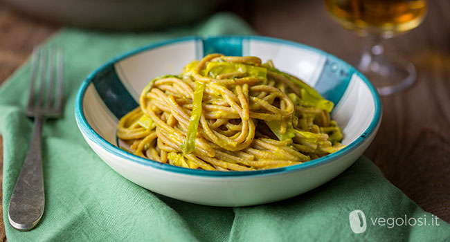 Spaghetti di farro con porri e crema di ceci allo zafferano
