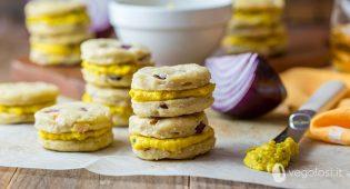Biscotti salati vegani alle cipolle rosse e mandorle con hummus al curry