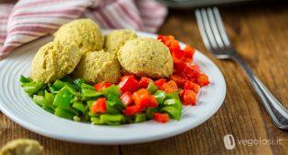 Falafel di hummus alle erbe con peperoni e friggitelli