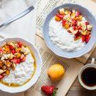 Porridge senza cottura alle fragole e nespole