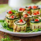 Rotolini di zucchina con hummus classico e peperoni