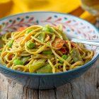 Spaghetti integrali con hummus al curry, carote e taccole