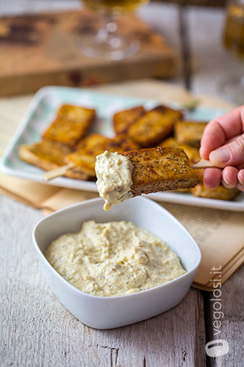 Tofu all'aceto balsamico e rosmarino con hummus alle erbe
