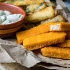 Bastoncini di mare impanati con zucchine in pastella alla birra e maionese vegana all'aneto