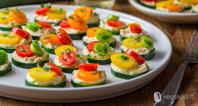 Bocconcini di zucchina con hummus e pomodorini colorati