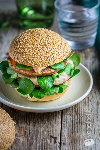 Burger vegano con crema di melanzane alle mandorle