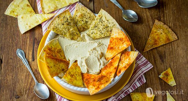 Chips di piadina con hummus classico