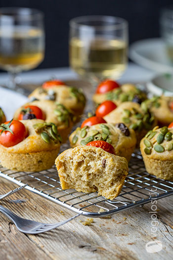 Muffin salati vegan con hummus alle erbe